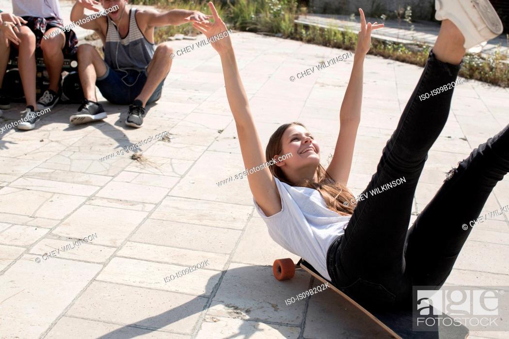 Imagen: Skateboarder doing skateboarding tricks, Budapest, Hungary.