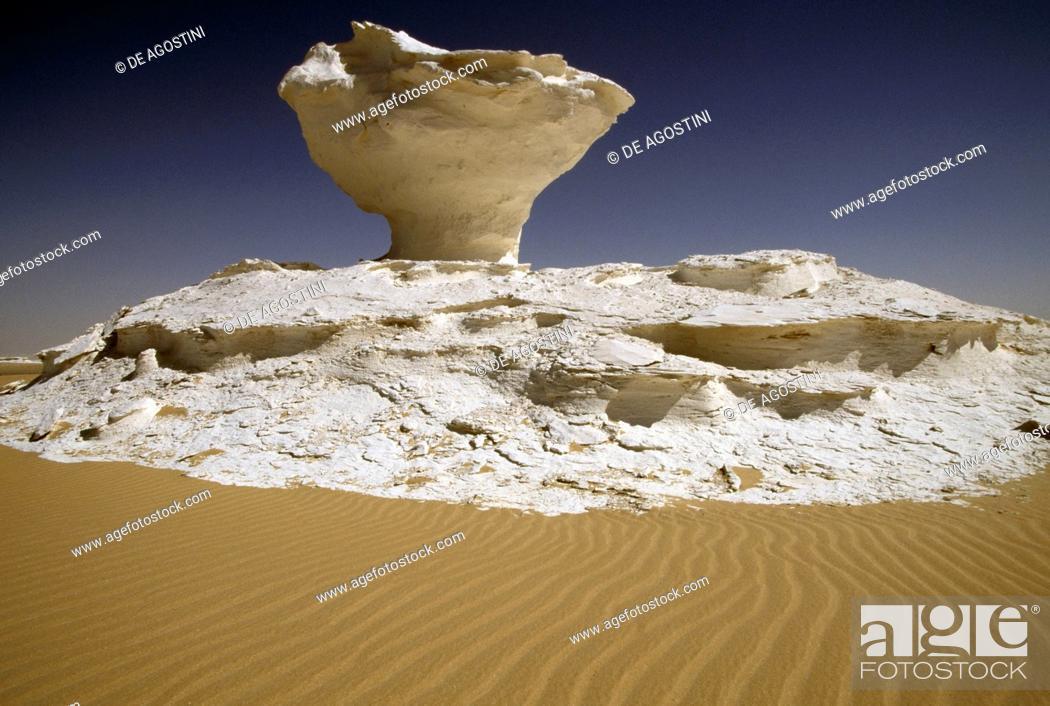 Stock Photo: Geological formations, White Desert near the Farafra Oasis, Libyan Desert, Egypt.