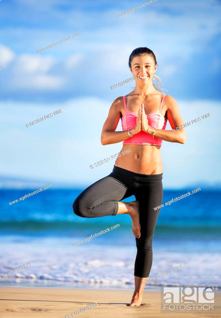 Imagen: Young woman practicing yoga on the beach at sunset, Wellness Concept Healthy Lifestyle.