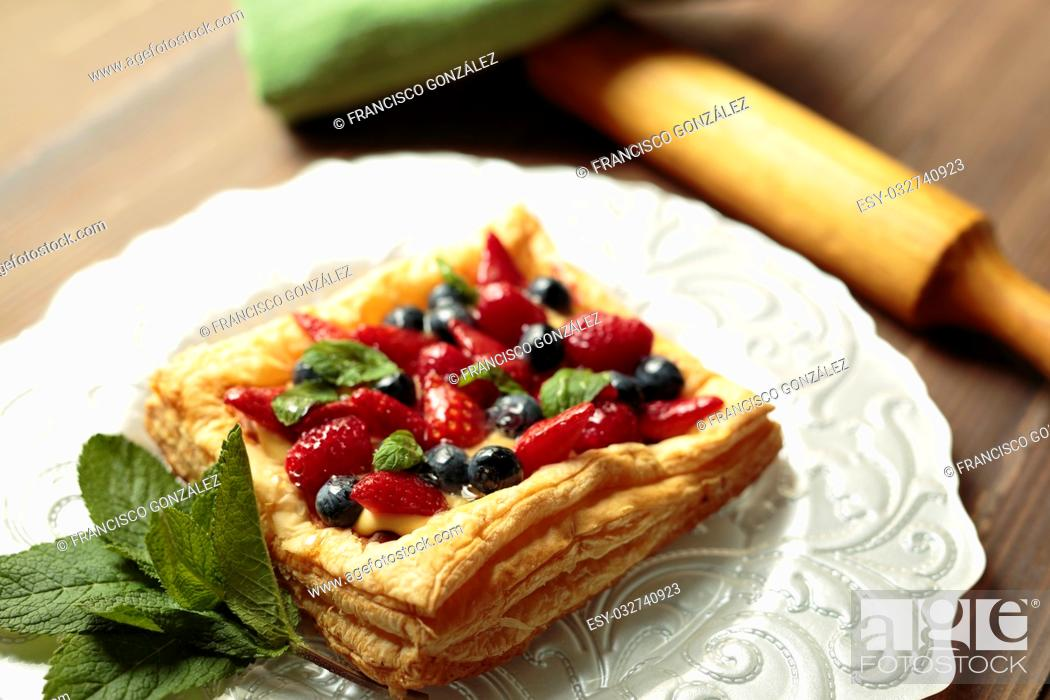 Photo de stock: puff pastry pie with fruit on a plate of silver.