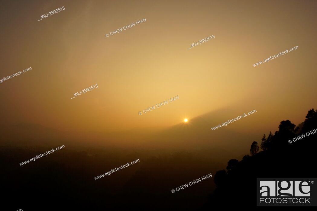 Imagen: Tebing Keraton, Bandung's Golden Sunrise Destination, Bandung, Indonesia.