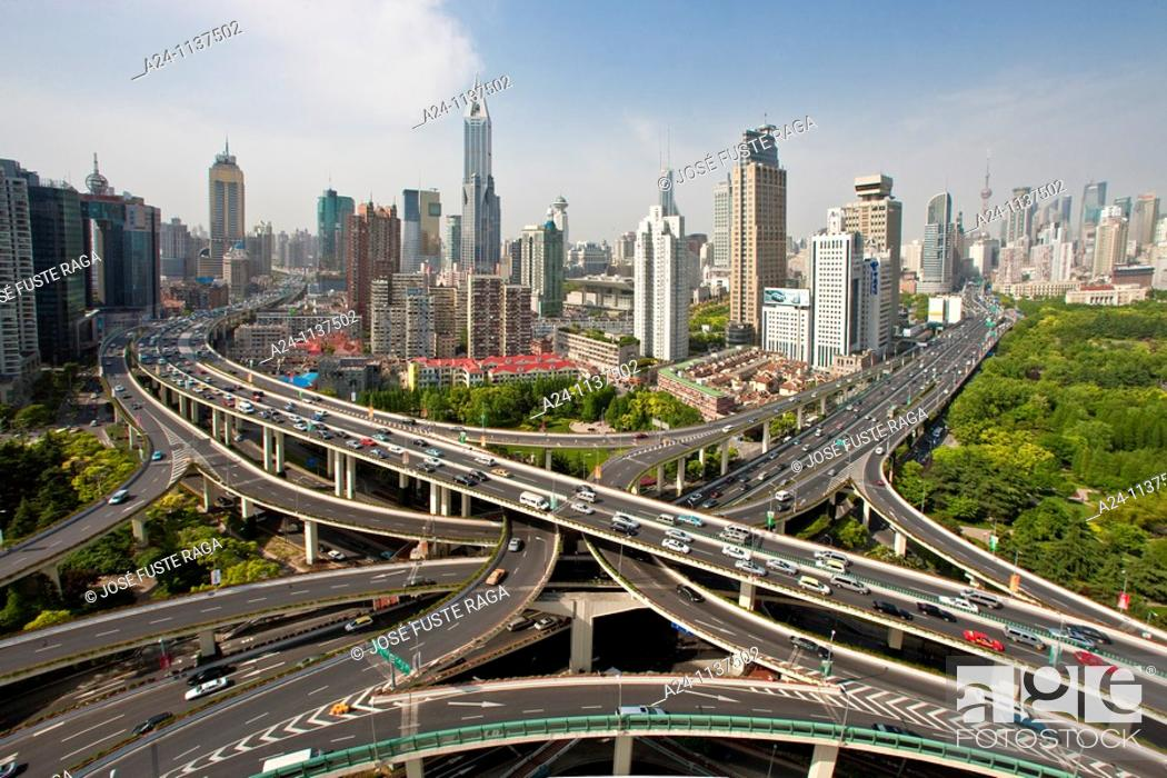 Imagen: China-May 2010 Shanghai City Highway Crossing at Yannan Lu and Chengdu Lu Avenues.