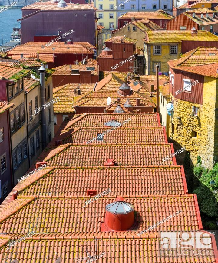 Imagen: The roofs of the quarter Ribeira at the old harbour in the old town. City Porto (Oporto) at Rio Douro in the north of Portugal.