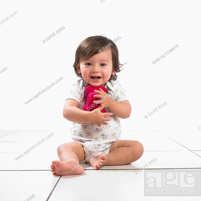 Imagen: Toddler boy hugging soft toy car.