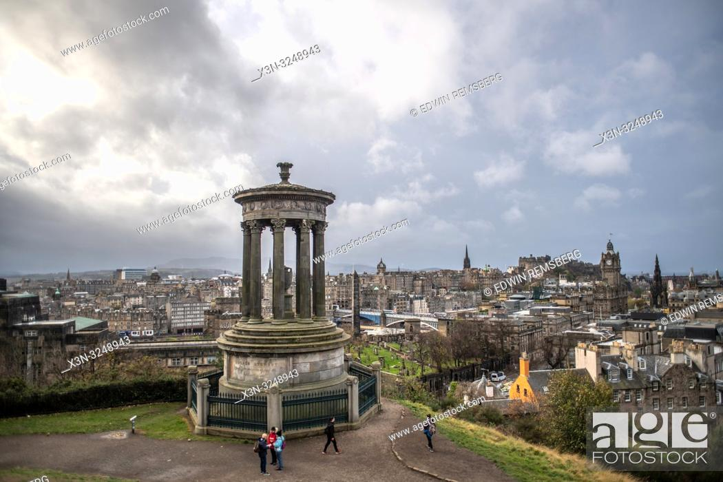 Imagen: View from Calton Hill overlooking the city of Edinburgh, Scotland's capital, with Dugald Stewart Monument, Scotland.