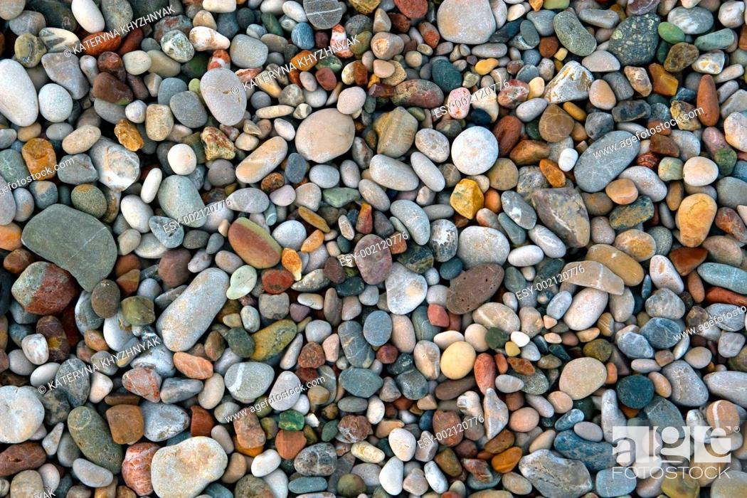 Imagen: Pebbles on sea shore.