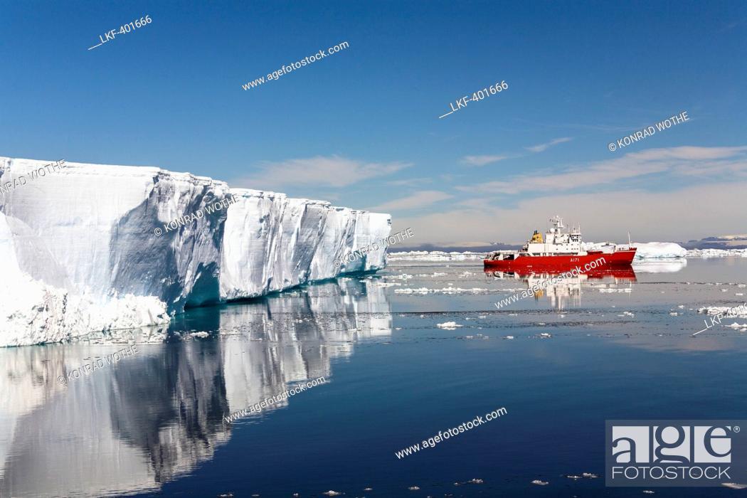 Imagen: Tabular Iceberg and cruiseship, Weddell Sea, Antarctica.