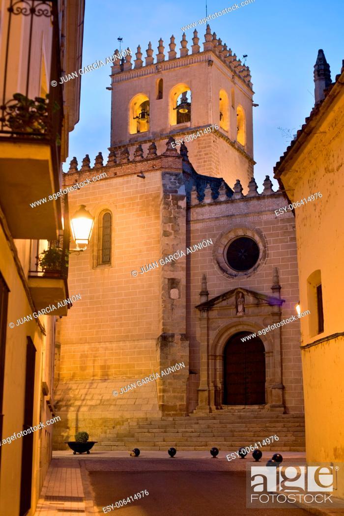 Imagen: Saint John the Baptist Cathedral San Juan belltower between old town streets at dusk.
