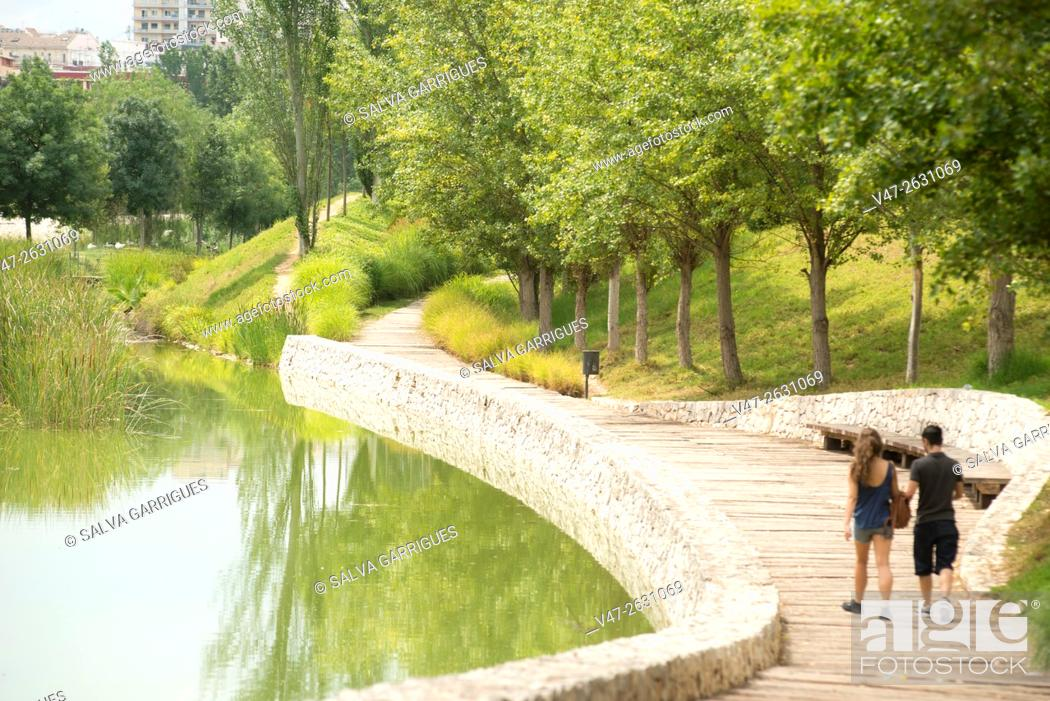 Imagen: Bridal couple walking along the lake in the park header in Valencia, Spain, Europe.