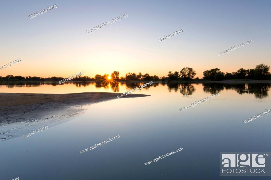 Imagen: Evening at river Elbe at Lower Saxonian Elbe Valley, biosphere reserve. Lower Saxony, Germany.