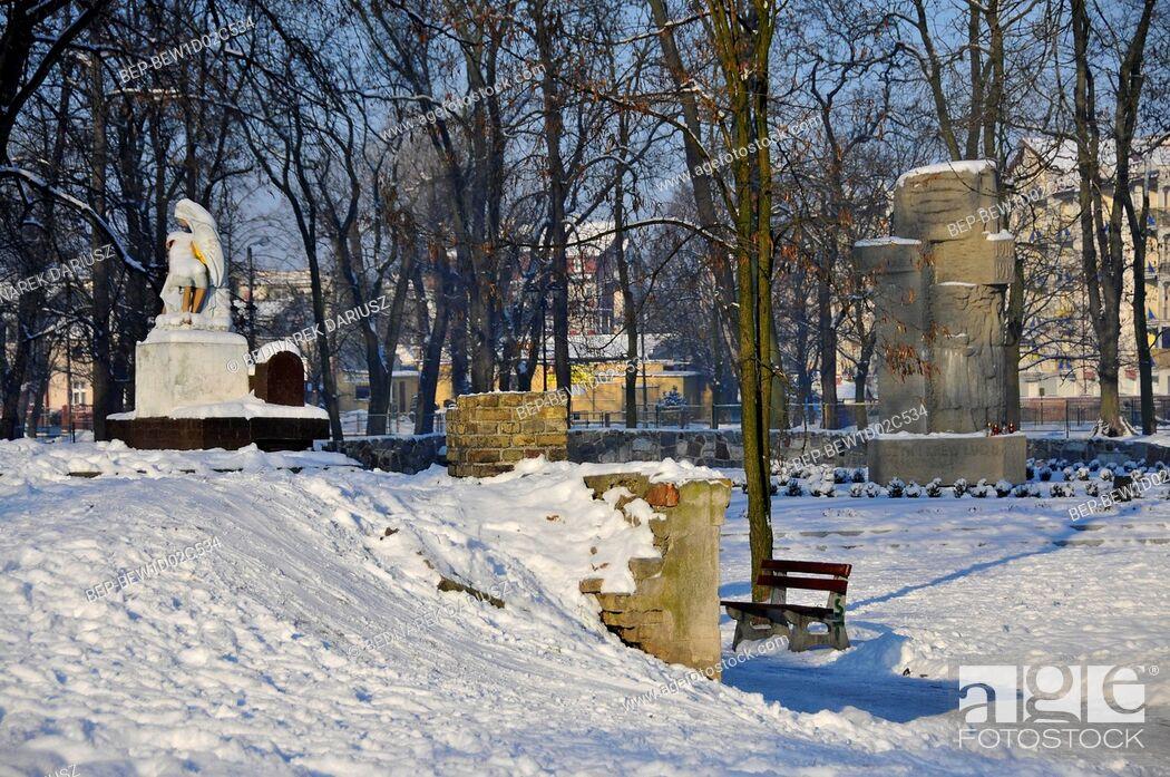 Imagen: Monuments of Pieta and Greater Poland Insurgents. Inowroclaw, Kuyavian-Pomeranian Voivodeship, Poland.