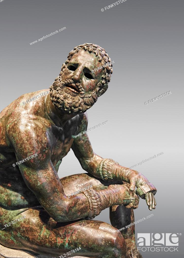 Imagen: Rare original Greek bronze statue of an Athlete after a boxing match, a 1st cent BC. The athlete, seated on a boulder, is resting after a boxing match.