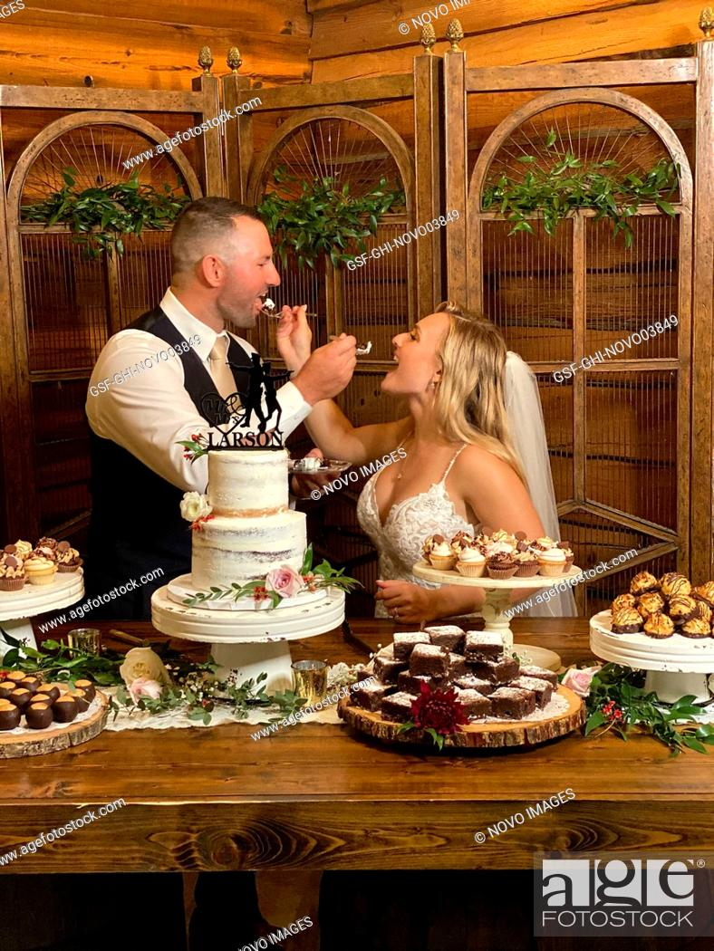 Imagen: Bride and Groom sharing Wedding Cake.
