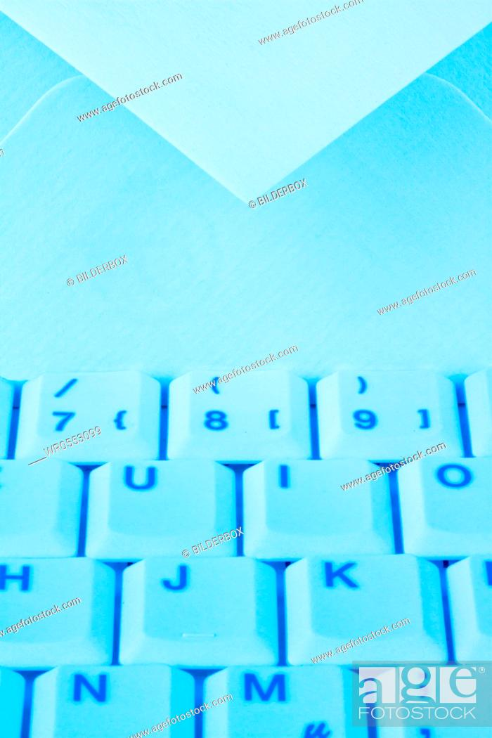 Imagen: The keyboard of a computer and an envelope.Communication via e-mail.