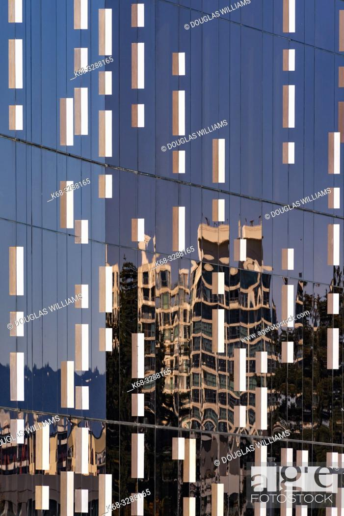 Imagen: JW Marriott Parq Hotel exterior in downtown Vancouver, BC, Canada.