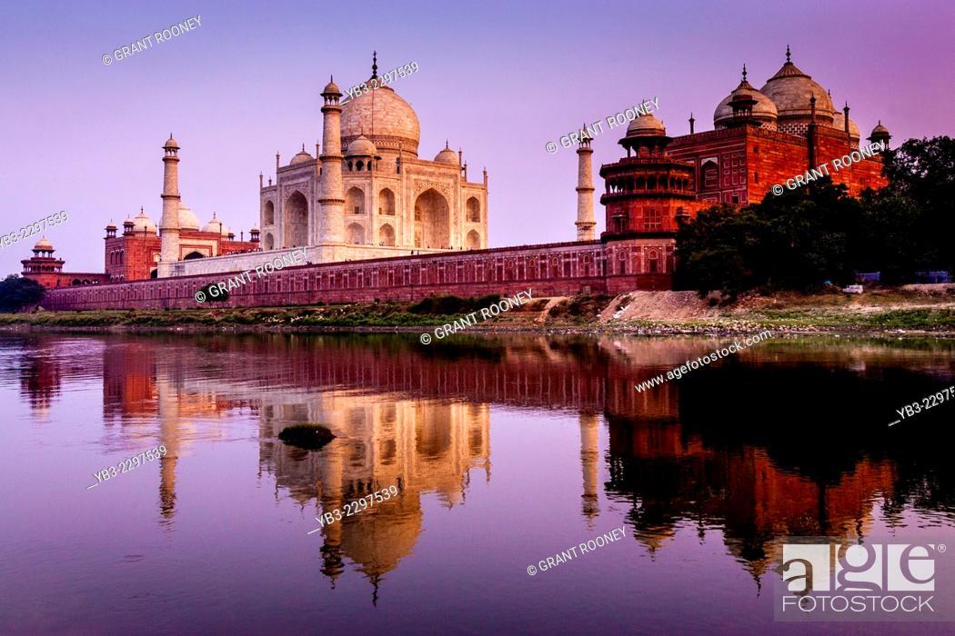 Photo de stock: The Taj Mahal At Sunset, Agra, Uttar Pradesh, India.