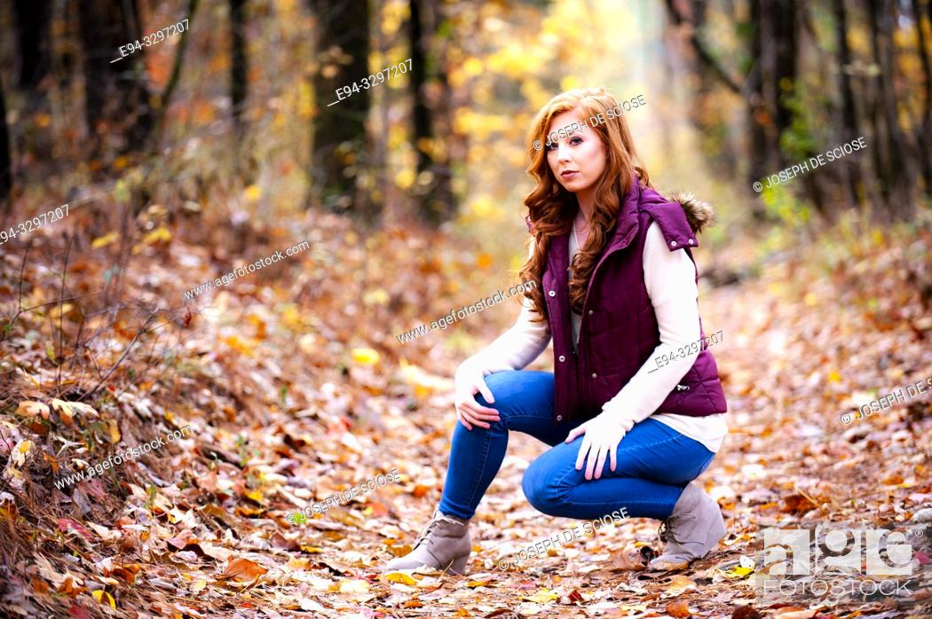 Imagen: Portrait of a 25 year old redheaded woman in a forest setting.