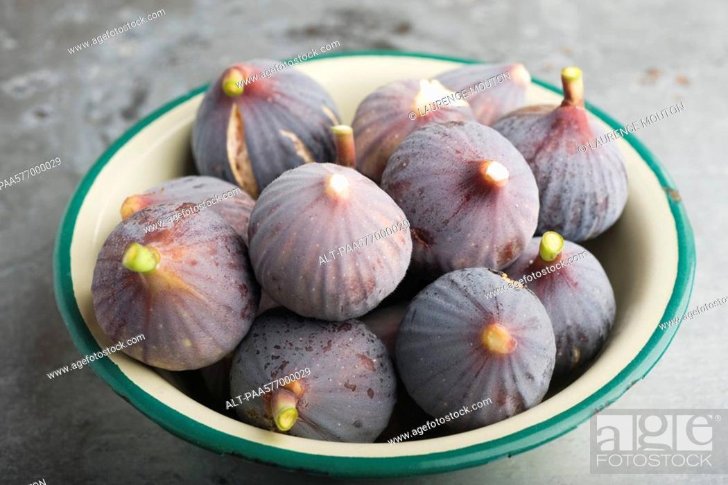 Stock Photo: Bowl of ripe figs.