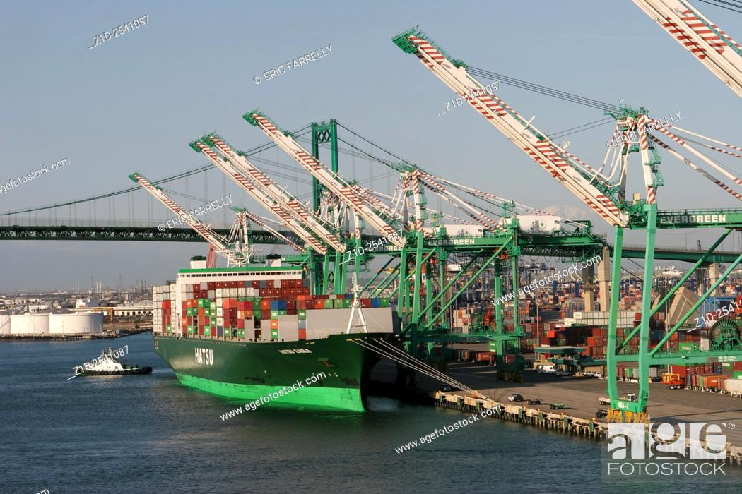 """Imagen: Container ship """"""""Hatsu Eagle"""""""" at container berth. The port of Los Angeles USA."""