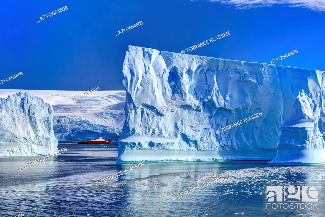Imagen: A supply ship with icebergs in Admiralty Bay, South Shetland Islands, King George Island, Antarctica.