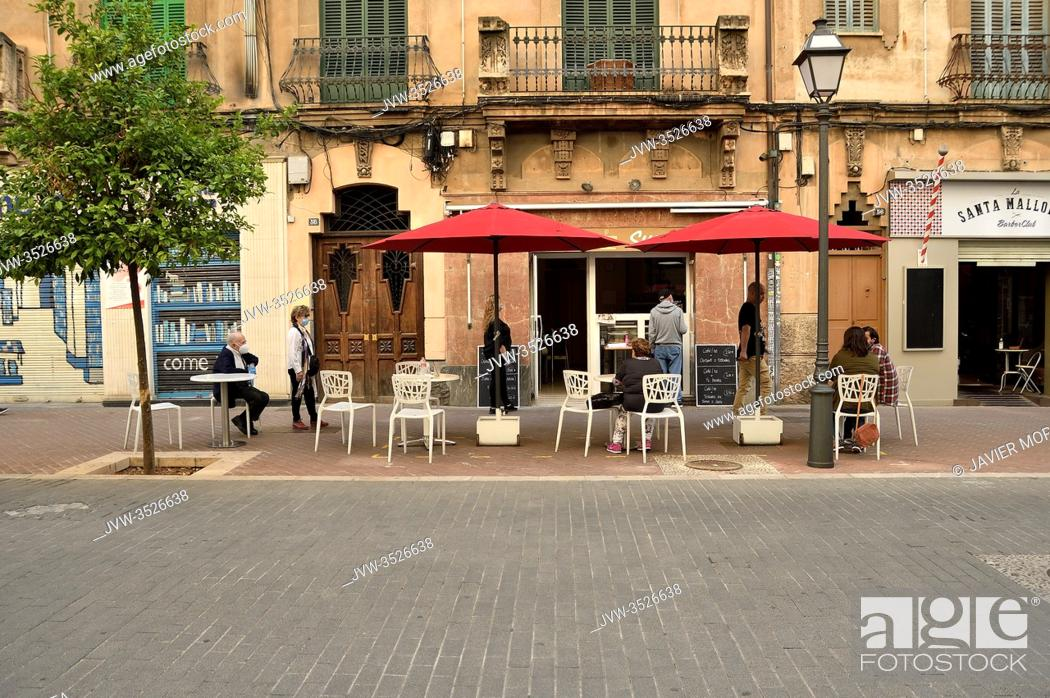 Imagen: People on a terrace of a bar during Phase 1 of the unconfinement in Palma de Mallorca, Spain.