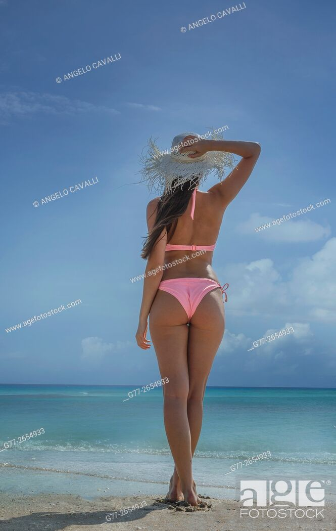 Imagen: Woman (23 years old) on the beach looking at the horizon.