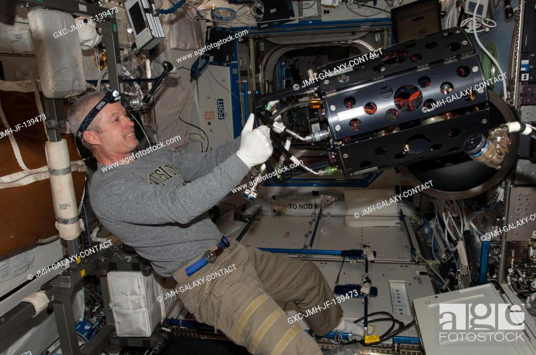 Imagen: NASA astronaut Steve Swanson, Expedition 40 commander, works with the Multi-user Drop Combustion Apparatus (MDCA) inside the Combustion Integrated Rack (CIR) in.
