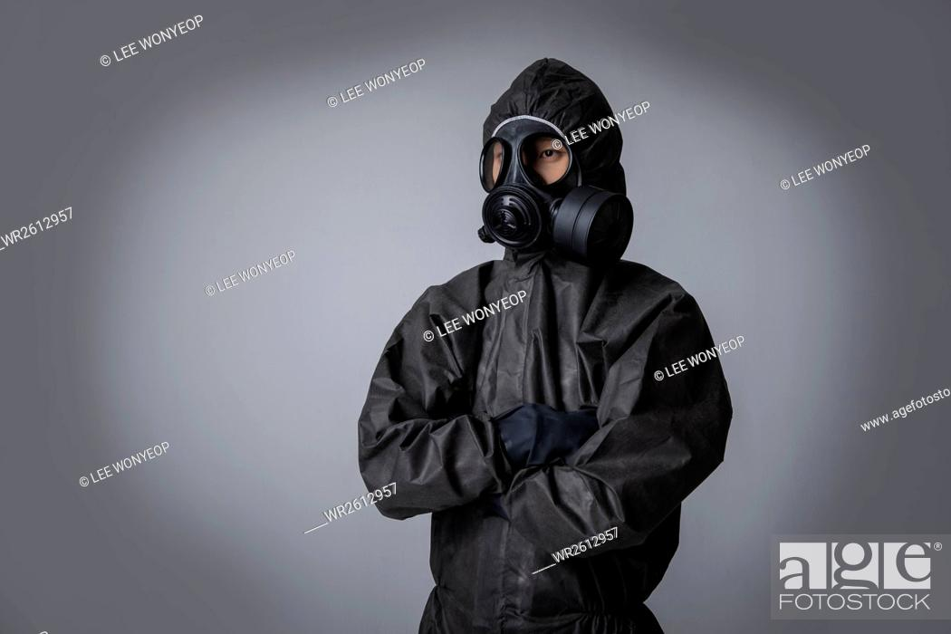 Imagen: Portrait of man wearing black protective clothing folding his arms.