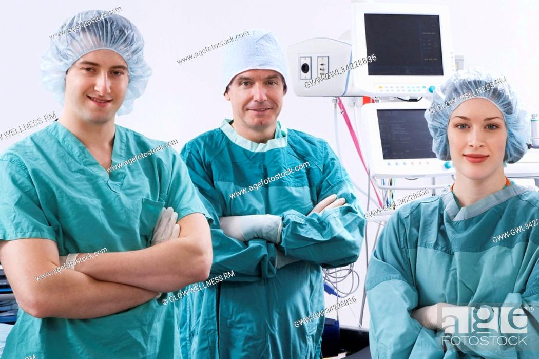 Imagen: Surgeons smiling in an operating room.