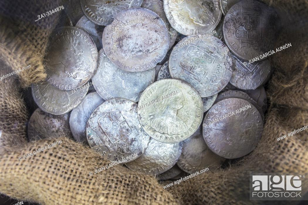 Imagen: Sack full of recovered silver spanish coins recovered from sunken ship. ARQUA Museum, Spain.