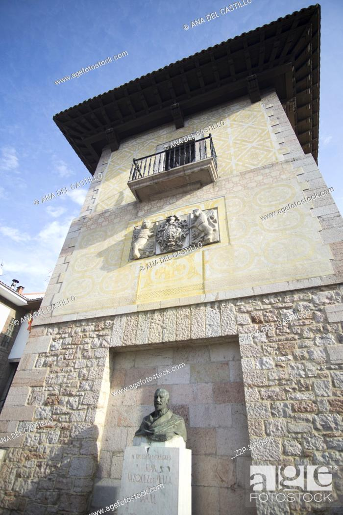 Imagen: Cangas de Onis town in Asturias Spain on September 9, 2019. Pintu palace.