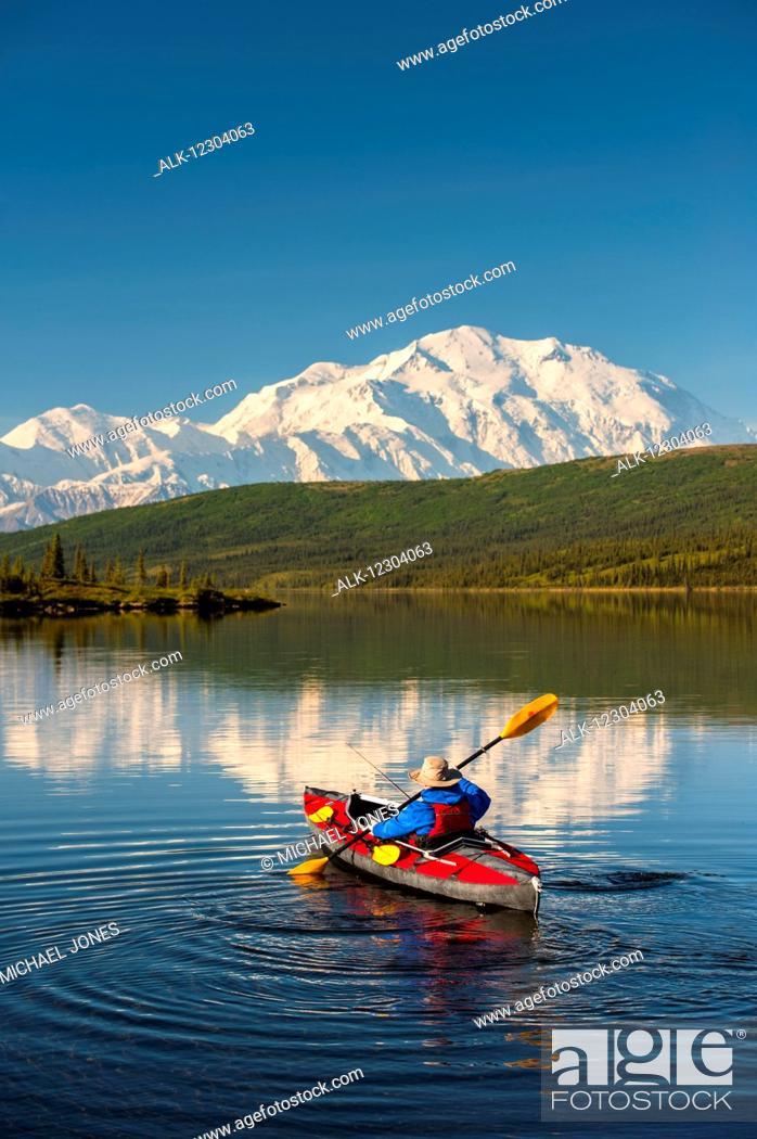 Photo de stock: A man kayaking on Wonder Lake in Denali National Park with Denali in the background, Interior Alaska, summer.