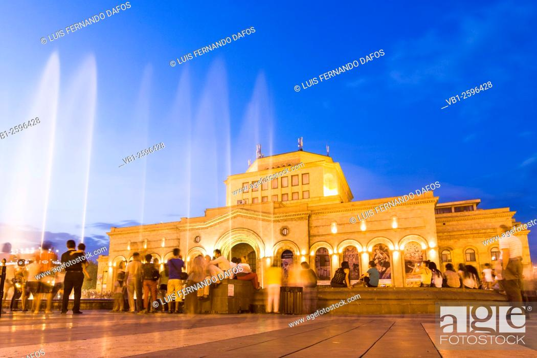 Imagen: Singing Fountains. Water light and sound show in front of the National Art Gallery at the Republic Square, Yerevan, Armenia.