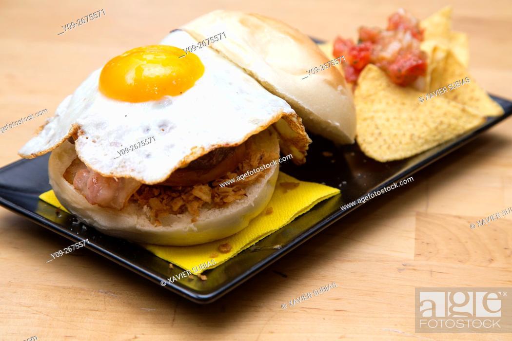 Stock Photo: Sandwith huevo frito con bacon.