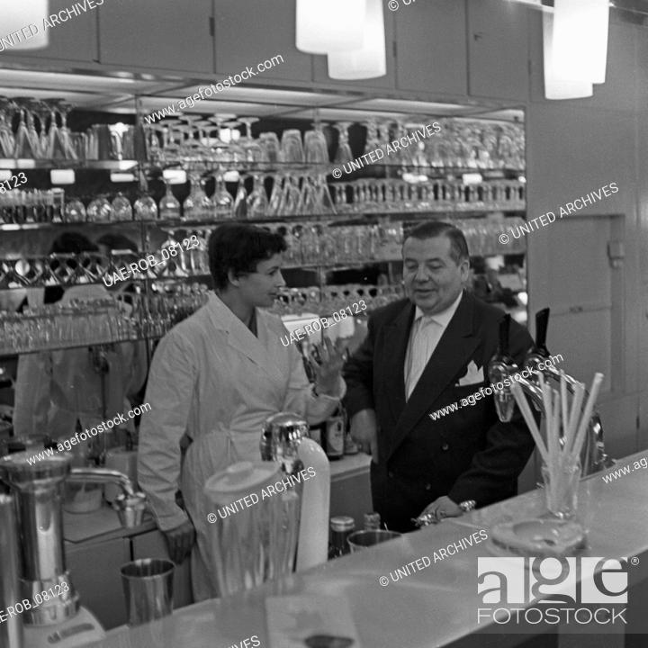 Imagen: Die junge Ruth Drasy hinter der Theke einer Milchbar in Hamburg, Deutschland 1950er Jahre. Young Ruth Drasy behind the counter of a milk bar, Germany 1950s.