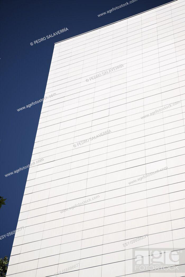 Imagen: Close-up of the facade of a modern building.