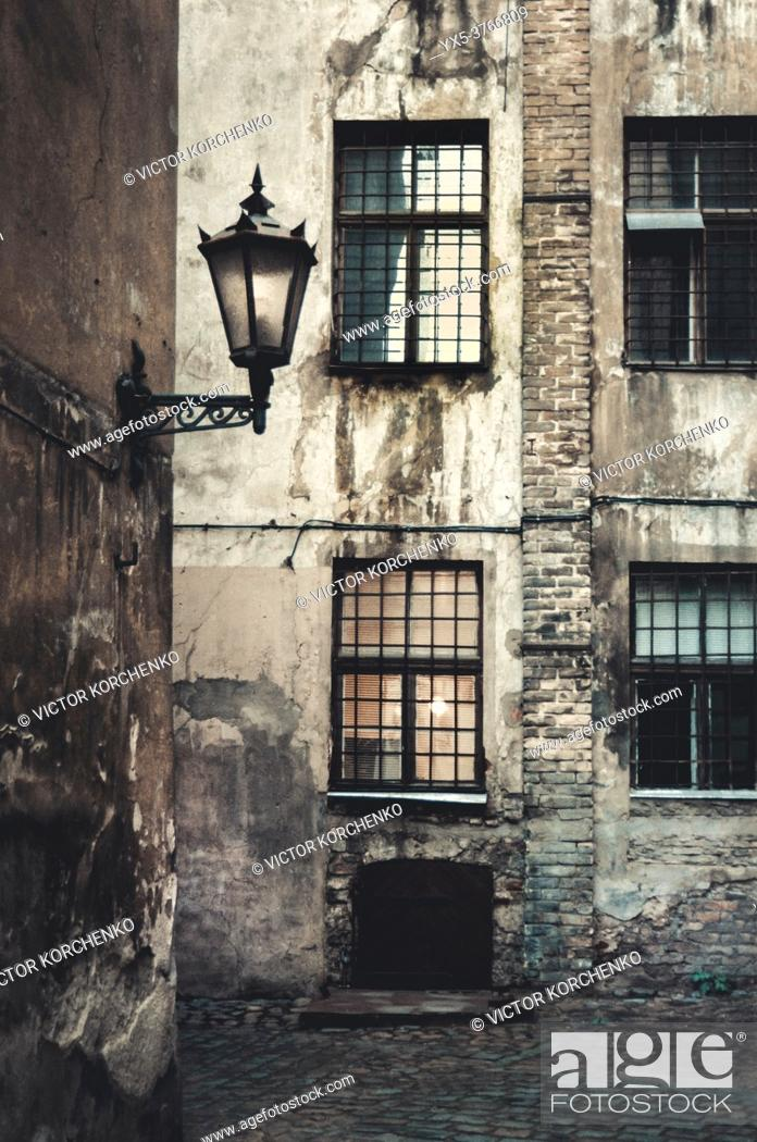 Imagen: Old street with a corner lamp.