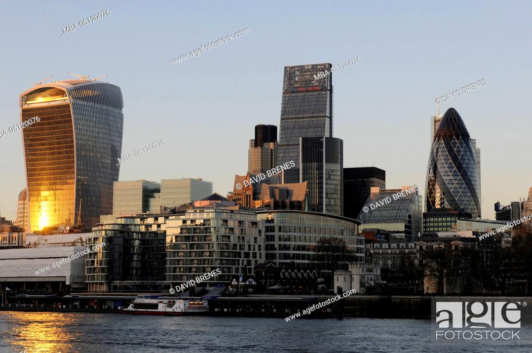 Imagen: The Modern skyline of the City of London with The Walkie Talkie Building, The Gherkin, The Cheesegrater at sundown and the River Thames, London, England.