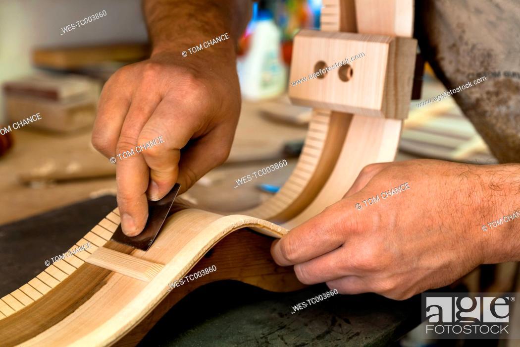 Imagen: Guitar maker in his workshop, close-up.