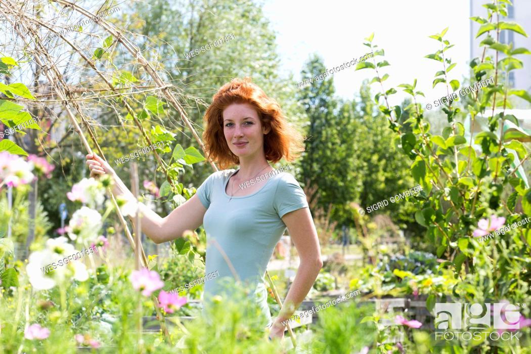 Imagen: Young woman gardening, urban gardening.