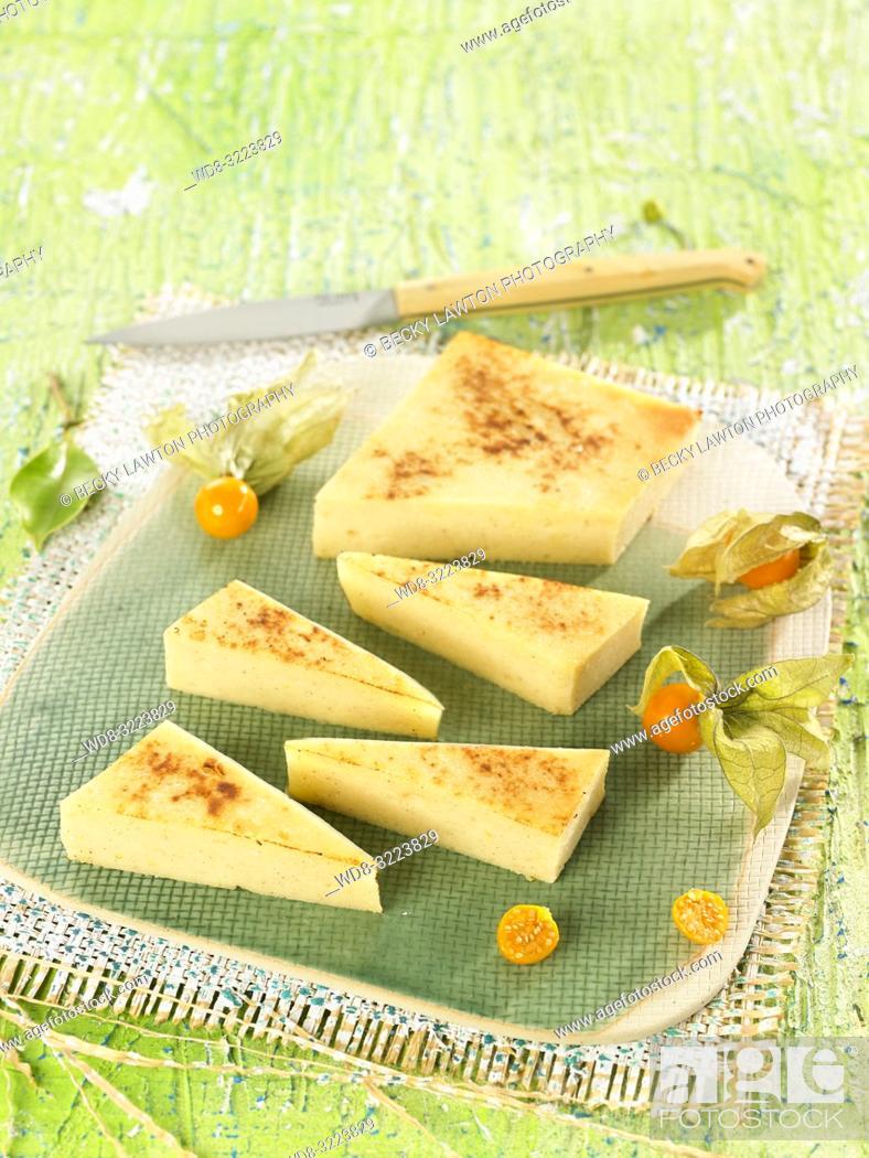Imagen: quesada pasiega sobre mantelito / quesada pasiega on tablecloth.