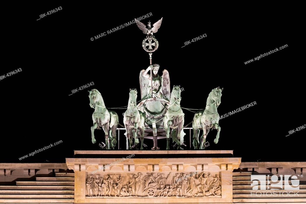 Imagen: Quadriga on Brandenburg Gate at night, Berlin, Germany.
