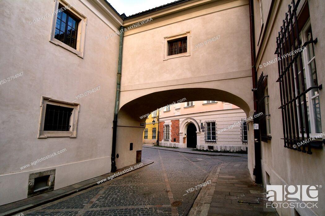 Imagen: Kanonia street behind archway seen from Dziekania street (in foreground), Warsaw's Old Town - UNESCO World Heritage List, 1980, Warsaw, Poland, Europe.