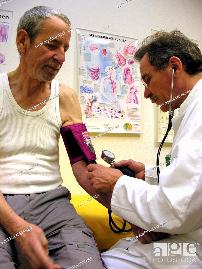 Stock Photo: GERMANY, STRAUBING, 02.12.2006, Doctor check the blood pressure to a elder patient. - Straubing ehem. SÜDKLINIK, Bavaria, Germany, 02/12/2006.