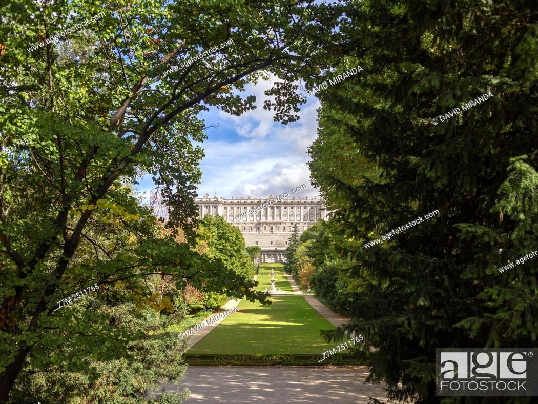 Stock Photo: Palacio Real y Jardines del Campo del Moro en Madrid. España.