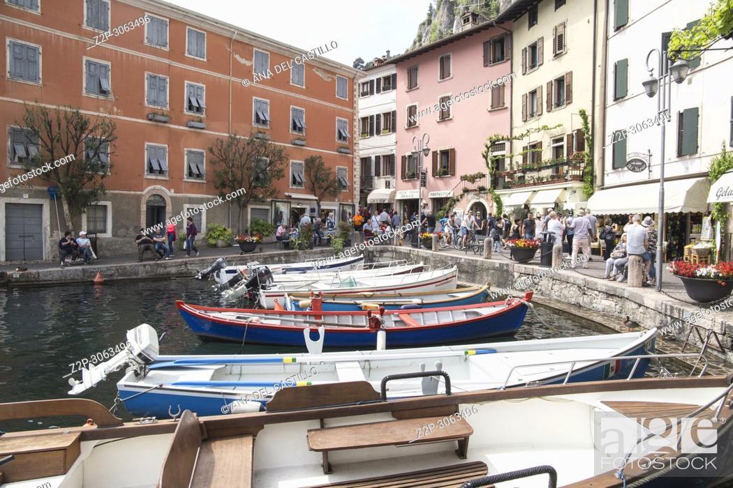 Imagen: Limone sul Garda turquoise waterfront view, town in Lago di Garda, Lombardy, Italy.