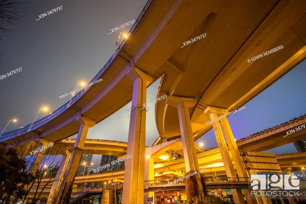 Photo de stock: A highway interchange weaving through downtown Shanghai, China.