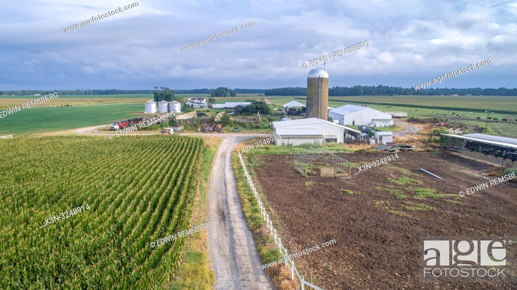 Imagen: Aerial view farm buildings and equipment with corn field, Pokomoke, Maryland.
