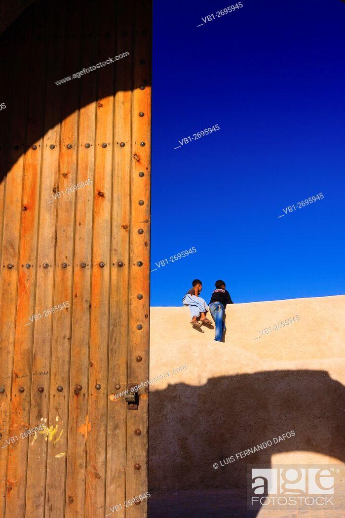 Imagen: Two children at the Porte de la mer gate in the bastion walls of the Portuguese town in el Jadida, Atlantic Morocco.