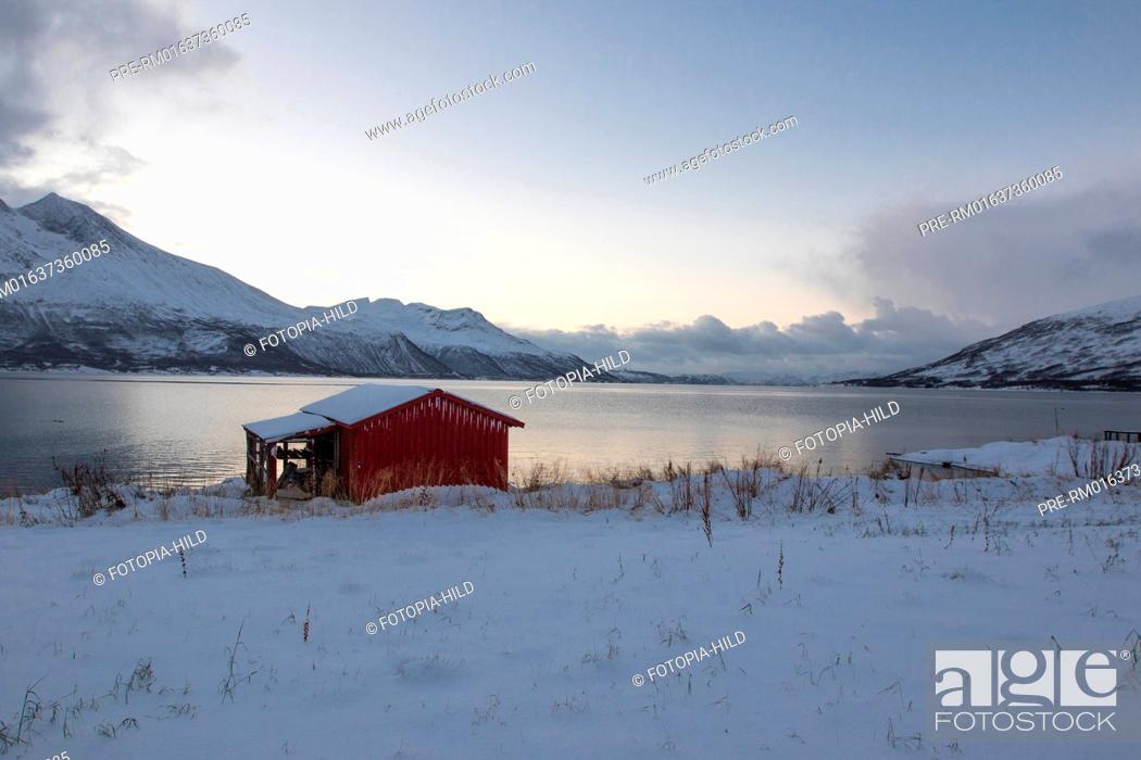 Imagen: Look on the Staumsfjorden from Kvaløya island, Troms Fylke, Norway / Blick auf den Staumsfjorden von der Insel Kvalöya, Troms Fylke, Norwegen.